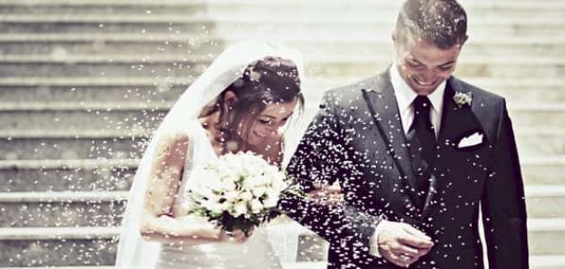 شاب الأربعين سنة يعبّر عن فرحته بسبب تمكّنه من إيجاد طريقة للزواج و إقامة حفل أيضا