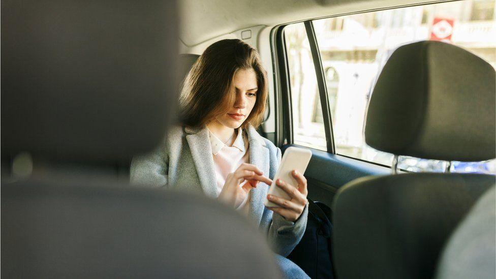مواطنة تتفاجأ بركوب سيارة تاكسي و السائق لا يروي لها قصّة حياته