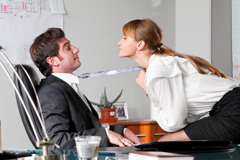مدير شركة يقوم بترقية موظفة ليس بسبب عملها بل لأنه معجب بجمالها و لباسها