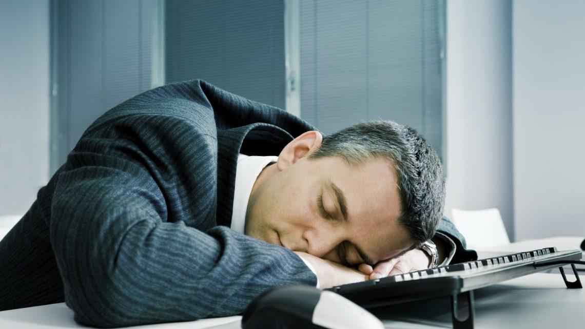 موظف عمومي يضطر للنوم باكرا في البيت بسبب عدم نومه جيدا أثناء العمل