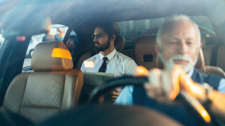 سائق تاكسي يهدي حريفه رحلة حول العالم بعد إكتشافه أنه لا يعرف الطريق